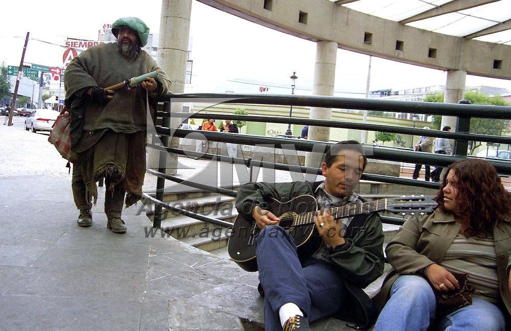 Toluca, Méx.- Trovadores urbanos haciendo suyos los espacios públicos. Agencia MVT/ Mario B. Arciniega