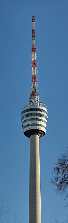 Fernsehturm Stuttgart vor blauem Himmel