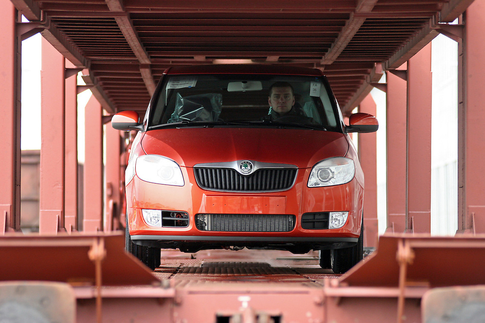 Mlada Boleslav/Tschechische Republik, Tschechien, CZE, 19.03.07: Das neue Modell des Skoda Fabia wird auf dem Werksgelände der Skoda Auto Fabrik in Mlada Boleslav für die Auslieferung per Schiene auf einen Autozug geladen. Der tschechische Autohersteller Skoda ist ein Tochterunternehmen der Volkswagen Gruppe.<br /> <br /> Mlada Boleslav/Czech Republic, CZE, 19.03.07: New Skoda Fabia vehicles prepared for transportation on train at Skoda car factory in Mlada Boleslav. Czech car producer Skoda Auto is subsidiary of the German Volkswagen Group (VAG).