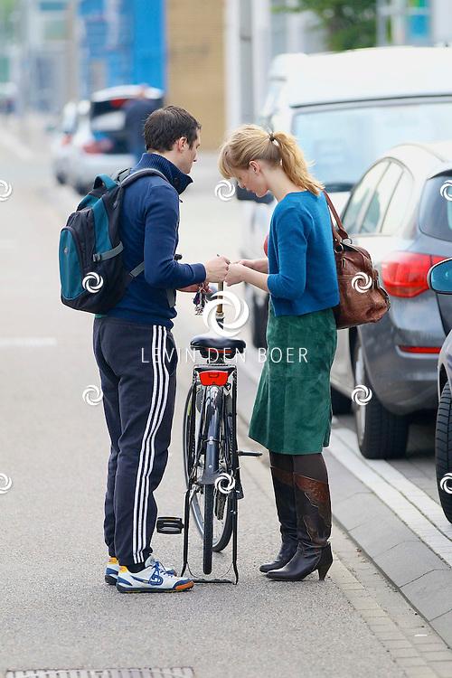 AMSTERDAM - Vlak bij de Dutch Studio's te Amsterdam is  Noortje Herlaar met haar partner William Spaaij gespot terwijl ze elkaar gedag zeiden en William met de auto wegging en Noorjte met de fiets. FOTO LEVIN DEN BOER - PERSFOTO.NU