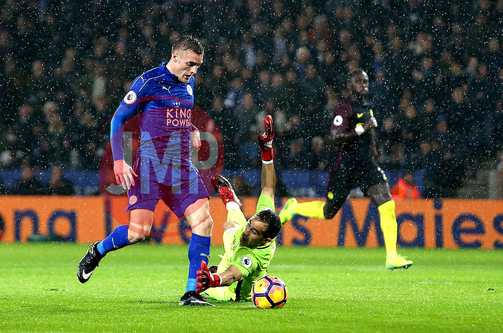 Jamie Vardy of Leicester City rounds Claudio Bravo of Manchester City to score his second goal - Mandatory by-line: Robbie Stephenson/JMP - 10/12/2016 - FOOTBALL - King Power Stadium - Leicester, England - Leicester City v Manchester City - Premier League