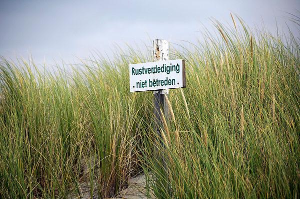 Nederland, Ameland, 21-8-2012Bord van rijkswaterstaat in de duinen.Verbodsbord met de tekst Kustverdediging, niet betreden. het staat in de duinen tussen het helmgras.Foto: Flip Franssen/Hollandse Hoogte