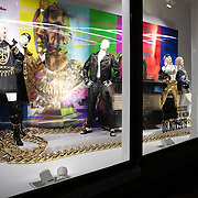 NLD/Amsterdam/20181105 - Lancering De Moschino TV x H&M-collectie, Moschino Collectie in de etalage bij H & M