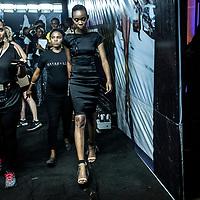 Un modèle portant une tenue de Kiki Kamanu s'apprete à defiler sur le podium pour la Lagos Fashion and Design Week 2016.