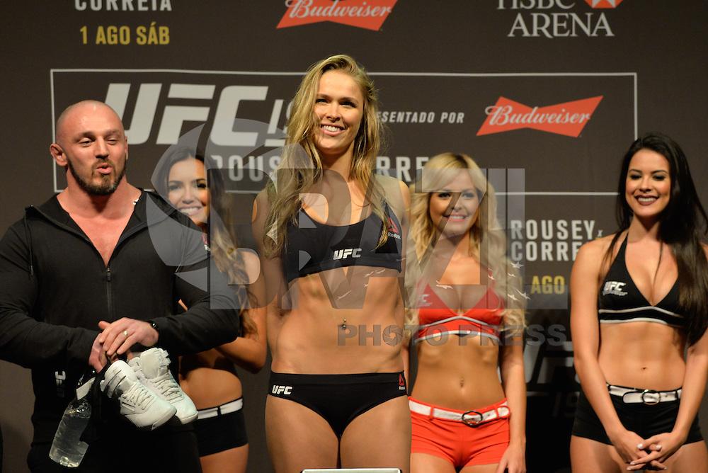 RIO DE JANEIRO, RJ, 31.07.2015 - UFC-RJ - As lutadoras Ronda Rousey e Bethe Correia se encaram durante a pesagem do UFC 190: Rousey vs. Correia, na HSBC Arena, na zona oeste, nesta sexta-feira (31). (Foto: João Mattos / Brazil Photo Press)
