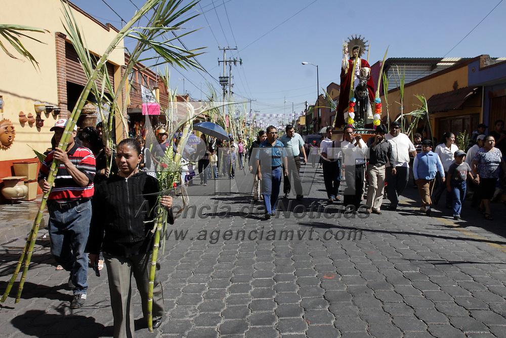 Metepec, México.- Con la celebración del Domingo de Ramos fieles católicos  dan inicio a la Semana Santa, en este municipio se realiza un recorrido por las principales iglesias para culminar con la bendición de las palmas que llevan los asistentes.  Agencia MVT / Crisanta Espinosa