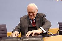 """04 FEB 2003, BERLIN/GERMANY:<br /> Roman Herzog, Bundespraesident a.D., vor beginn einer Pressekonferenz zur Vorstellung der CDU Kommission """"Soziale Sicherheit"""" unter Leitung von Herzog, Bundespressekonferenz<br /> IMAGE: 20030204-01-005<br /> KEYWORDS:Bundespräsident, Tasche, Koffer"""