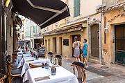 Terrasse de restaurant dans le quartier du Suquet // Restaurant terrace in Le Suquet district