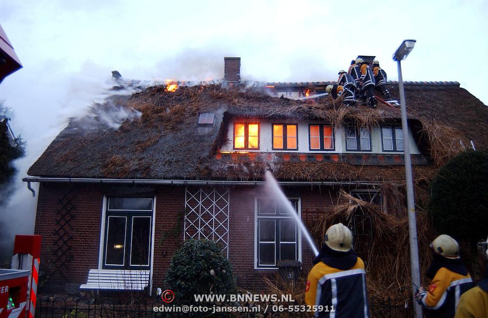 Brand in woning met rieten kap Groene Gerritsweg 17 Laren.rook, vuur, vlammen, waterstraal, blussen
