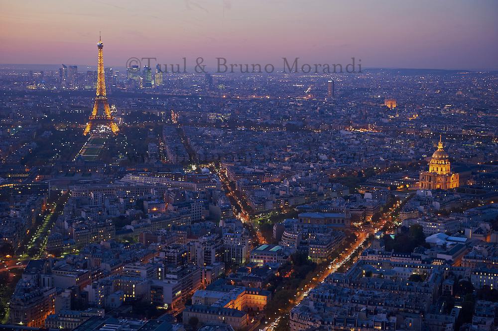 France, Paris (75), la Tour Eiffel illuminée (© SETE-illuminations Pierre Bideau) et les Invalides // France, Paris, Eiffel Tower and Hotel des Invalides