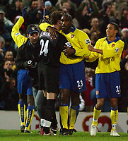 Fotball<br /> Premier League England 2004/2005<br /> Foto: SBI/Digitalsport<br /> NORWAY ONLY<br /> <br /> 19/12/2004 - FA Barclays Premiership<br /> Portsmouth v Arsenal<br /> <br /> Arsenal's goal scorer Sol Campbell celebrates with team mates at the end of the game