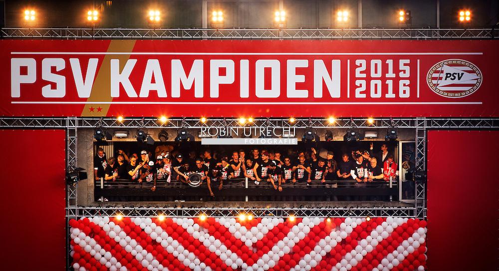 eigen eindhoven psvfans vieren feest in het centrum . Fans vieren feest tijdens de huldiging van de selectie van PSV op het Stadhuisplein in Eindhoven.  copyright robin utrecht