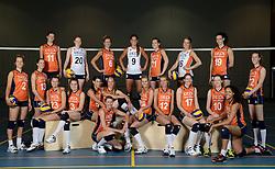 21-05-2014 NED: Selectie Nederlands volleybal team vrouwen, Arnhem<br /> Op Papendal werd het Nederlands team volleybal seizoen 2014-2015 gepresenteerd / Teamfoto