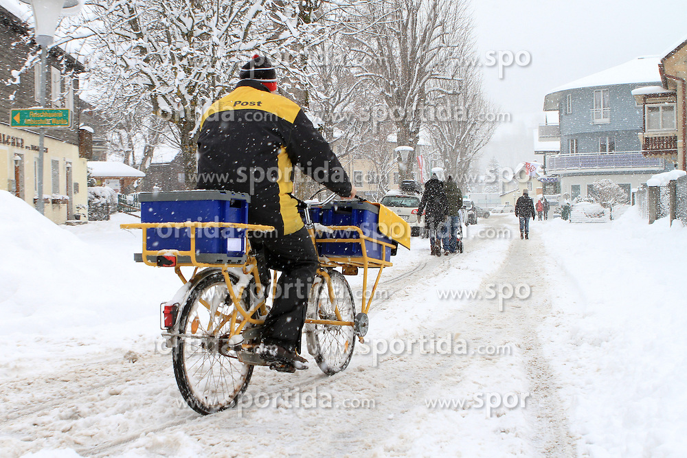 04.02.2013, Schladming, AUT, FIS Weltmeisterschaften Ski Alpin, starker Schneefall in Schladming, im Bild ein Postbeamter auf einem Fahrrad // a postman with a bicycle during heavy snowfall in Schladming, Schladming, Austria on 2013/02/04. EXPA Pictures © 2013, PhotoCredit: EXPA/ Martin Huber