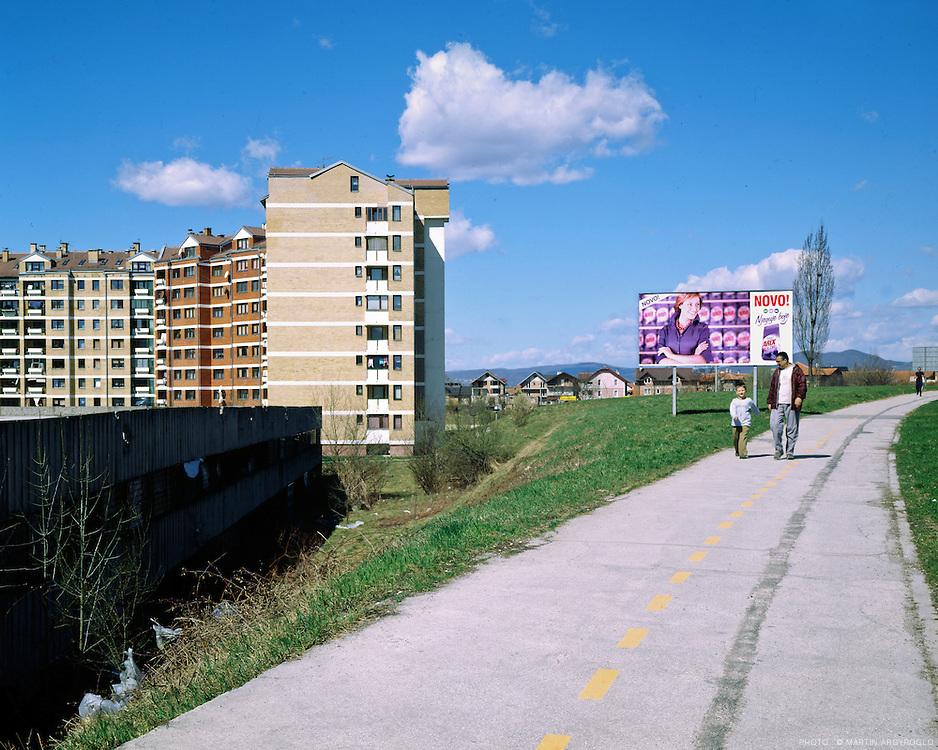 Sarajevo, 2006. Le quartier de Dobrinja a été construit à l'occasion des jeux Olympiques de 1984, pour loger les sportifs. Ce sont maintenant des logement normaux / The Dobrinja neigbourhood was built for the Olympic Games of 1984
