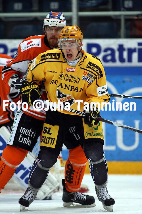 03.10.2009, H?meenlinna..J??kiekon SM-liiga 2009-10.HPK - KalPa.Tapio Laakso (KalPa) v Tuukka M?kel? (HPK).©Juha Tamminen.