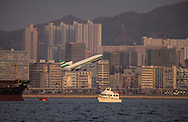 Hong Kong. planes landing on Kai tak airport in the city CENTER over the buildings .      / Des avions au ras des buildings. Avion atterrissant en plein milieu de la ville sur L'ANCIEN aéroport  DE Kai Tak (QUARTIER MONGKOK) / Dans la ville de Hong-Kong surpeuplée, l'avion est le principal moyen d'accès à la ville. La seule piste d'atterrissage est en pleine ville       / R82/25    L1074  /  R00082  /  p0006066