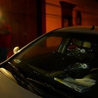 Oaxaca, Oax.- Un camarografo graba el auto del reportero grafico Luis Alberto Hernandez que fue impactado por dos balas de parte de policias estatales que buscaban desalojar a los integrantes de la APPO y del magisterio que mantienen tomadas las radiodifusoras. Agencia MVT / Eder Lopez. (DIGITAL)<br /> <br /> NO ARCHIVAR - NO ARCHIVE