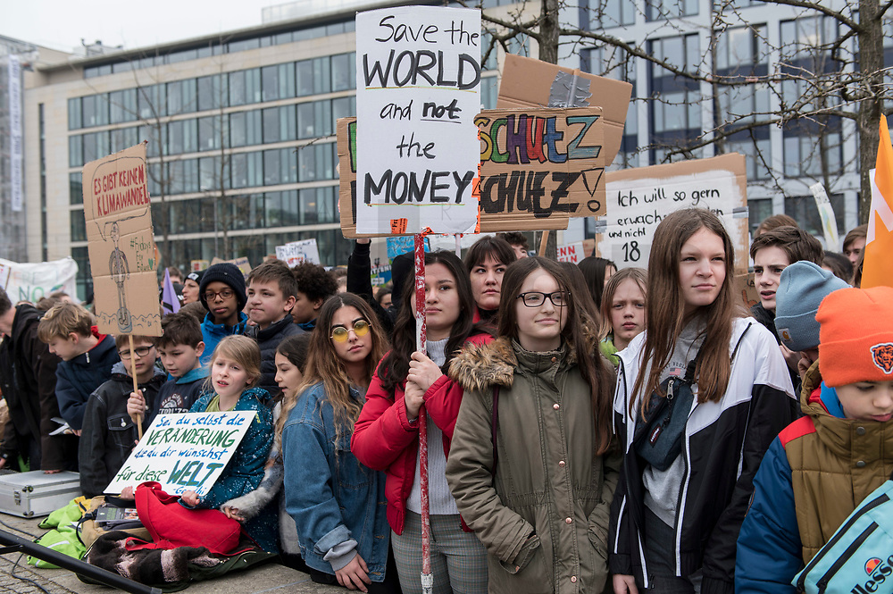 "22 MAR 2019, BERLIN/GERMANY:<br /> Kinder, Schueler und Jugendliche demonstrieren bei einer Demo ""Fridays for Future"" fuer mehr Klimaschutz, Invalidenpark<br /> IMAGE: 20190322-01-009<br /> KEYWORDS: Demonstration, Protest, portester, Youth, Clima, climate change, Demonstranten, Klimarettung, Demo, Schulstreik, Streik, Schüler, Klimawandel."