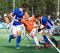 BLOEMENDAAL  -  Tim Jenniskens (Bldaal) met Sander de Wijn (Kampong) en Martijn Havenga (Kampong)   tijdens de   EHL finale  Kampong-Bloemendaal  (2-8) .   COPYRIGHT  KOEN SUYK