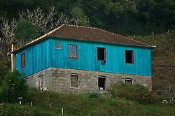 """O Conjunto Residencial Barp é composto por uma casa, com dois pisos e """"granaro"""", (sótão destinado à secagem e estocagem de grãos), construída em pedras irregulares, pelo imigrante Giovanni Barp, por volta de 1878, é uma das mais antigas da região. Seu porão foi feito para funcionar como estábulo onde, durante os rigores do inverno, os moradores dormiam junto com os animais para se aquecerem. A casa de madeira, mais recente, com porão em pedras regulares foi construída por volta de 1920 por Camilo Barp e contava originalmente com mais um andar, suprimido em 1977. O conjunto, localizado numa área íngreme, destaca-se também pelas edículas complementares: estábulo, forno, tanque, e poço, tudo original em pedra. Foto: Lucas Uebel/Preview.com"""
