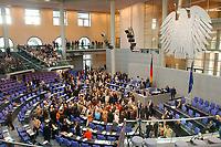 26 SEP 2003, BERLIN/GERMANY:<br /> Namentliche Abstimmung durch, nach der Bundestagsdebatte zur Gesundheitsreform, Plenum, Deutscher Bundestag<br /> IMAGE: 20030926-01-060<br /> KEYWORDS: Übersicht, Uebersicht, Plenarsaal, Bundesadler
