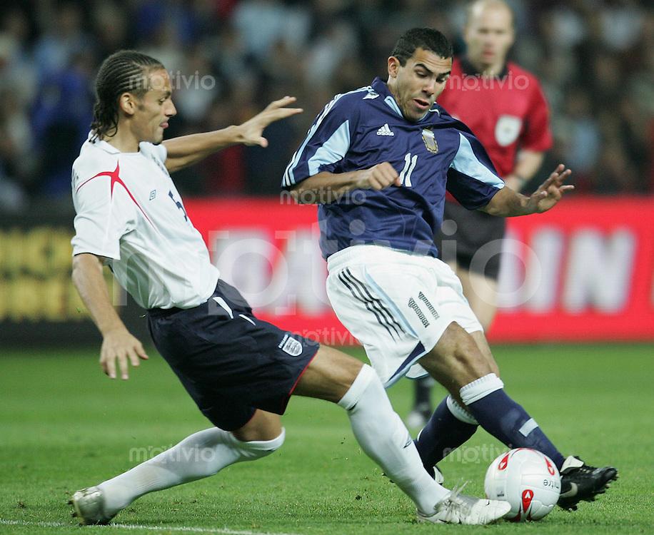 Fussball International Testspiel England 3-2 Argentinien Rio Ferdinand (ENG,li) gegen Carlos Teves (ARG(