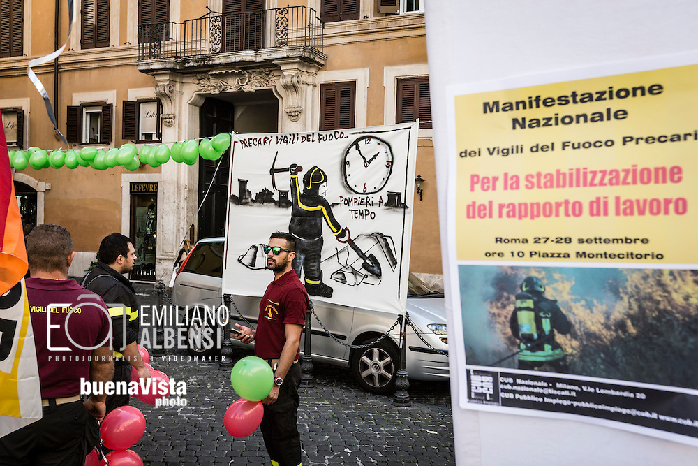 Roma, Italia, 27/09/2016<br /> Manifestazione dei vigili del fuoco precari davanti a Montecitorio per chiedere la stabilizzazione del rapporto di lavoro. I pompieri hanno organizato un presidio davanti alla Camera dei Deputati, insieme alla Confederazione Unitaria di Base, per chiedere di essere stabilizzati nel Corpo Nazionale dei Vigili del Fuoco.<br /> <br /> Rome, Italy, 27/09/2016<br /> Demonstration of firefighters with temporary work contracts in front of the Chamber of Deputies to ask the stabilization of core work. Firefighters organized the protest in front of the the House of Parliament, along with the Trade Union Confederation, to ask to be stabilized in the Firefighters Brigade.