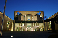24 MAR 2003, BERLIN/GERMANY:<br /> Bundeskanzleramt, Ostseite bei Sonnenuntergang<br /> Chancellory, seat of the Federal Chancellor of Germany, at sunset<br /> IMAGE: 20030324-04-007<br /> KEYWORDS: Kanzleramt