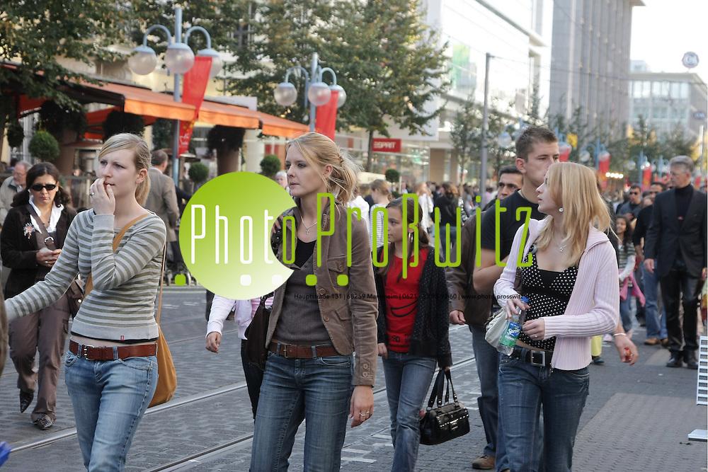 Mannheim. Innenstadt. Planken und Breite Stra&szlig;e. Verkaufsoffener Sonntag. Stoffmarkt auf dem Marktplatz oder der Kunsthandwerkermarkt am Paradeplatz. Einkaufen und Bummeln am Sonntag.<br /> Bild: Markus Pro&szlig;witz<br /> ++++ Archivbilder und weitere Motive finden Sie auch in unserem OnlineArchiv. www.masterpress.org ++++