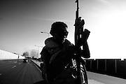TRIPOLI. UN GIOVANE RIBELLE A BORDO DI UN FUORISTRADA IMBRACCIA IL SUO FUCILE AK-47  KALASHNIKOV;