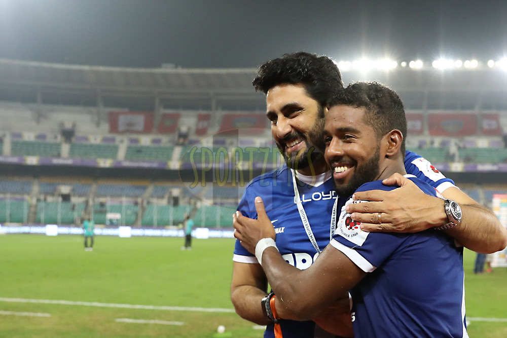 Abhishek Bachchanowner of Chennaiyin FC with team players  during match 6 of the Hero Indian Super League between Chennaiyin FC and NorthEast United FC held at the Jawaharlal Nehru Stadium, Chennai India on the 23rd November 2017<br /> <br /> Photo by: Arjun Singh  / ISL / SPORTZPICS