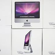 """Nederland Rotterdam 18 februari 2008 20080218.Produktdozen/ inpakdozen Imac.De koers van Apple is in een vrije val beland. Jobs schreef aan zijn personeel: """"Hang in there"""". Volgens de CEO is Apple het slachtoffer van grotere economische krachten. Maar is dit wel zo? Waarom de strategie van Apple rammelt..Steve Jobs is de personificatie van Apple. Arrogant, alternatief en hip. Maar er zit een beetje sleet op. De laatste aankondiging op Macworld, de dunne laptop Macbook Air, werd flauwtjes ontvangen. De hoge verwachtingen loste Jobs niet in..Jobs probeert de dalende aandelenkoersen toe te schrijven aan factoren die groter zijn dan Apple. Dat is niet helemaal terecht. De recessie speelt mee, maar het aandeel Apple daalde tussen 28 december en 6 februari met 39 procent. Een veel groter verlies dan concurrenten Microsoft (-15 procent) en HP (-16,5 procent)..Het is een oude beurswijsheid dat je moet oppassen met bedrijven die externe factoren de schuld geven bij tegenvallende resultaten. Het wordt tijd dat Jobs eens naar zichzelf kijkt. Er schort wel het een en ander. Een overzicht.Gebrek aan zakelijke producten.In tegenstelling tot Hewlett-Packard of Microsoft kan Apple in economisch slechte tijden niet terugvallen op een breed scala aan zakelijke producten. Hoewel ook zakelijke investeringen in IT tijdens een recessie tegenvallen, houden onderhoudscontracten en vernieuwingen de omzet veel makkelijker op peil. Dat voordeel heeft Apple niet..Goede initiatieven.Het is niet alleen maar kommer en kwel. Uiteraard blijft Apple een ijzersterk merk. De marketingkracht van het bedrijf blijft ongeëvenaard. Bovendien hebben de computers vooral in de grafische sector een goede naam. Het afgelopen kwartaal namen de verkopen van computers met 44 procent toe ten opzichte van vorig jaar..Ook kwam besturingssysteem Leopard uit, de opvolger van Tiger. In tegenstelling tot Microsofts Windows Vista kreeg Leopard overwegend positieve kritieken..Voor de iPhone gaat Apple een Software Developi"""