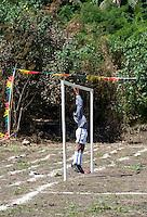 FUSSBALL    FEATURE    SUEDSEE    21.07.2008 Der Torwart wartet vergebens auf einen Angriff auf sein Tor, waehrend der Schulmeisterschaft auf einem Spielfeld ausserhalb von Port Vila, der Hauptstadt von Vanuatu. Jedes Jahr im Juli finden hier Schulmeisterschaften statt, aehnlich der Bundesjugendspiele in Deutschland.