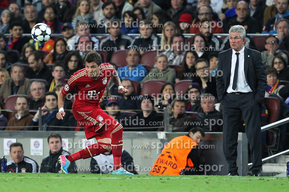 01.05.2013, Camp Nou, Barcelona, ESP, UEFA CL, FC Barcelona vs FC Bayern Muenchen, Halbfinale, Rueckspiel, im Bild am Ball Mario MANDZUKIC #9 (FC Bayern Muenchen) rechts im Bild Chef-Trainer Jupp HEYNCKES (FC Bayern Muenchen), // during the UEFA Champions League 2nd Leg Semifinal Match between Barcelona FC and FC Bayern Munich at the Camp Nou, Barcelona, Spain on 2013/05/01. EXPA Pictures © 2013, PhotoCredit: EXPA/ Eibner/ Christian Kolbert..***** ATTENTION - OUT OF GER *****