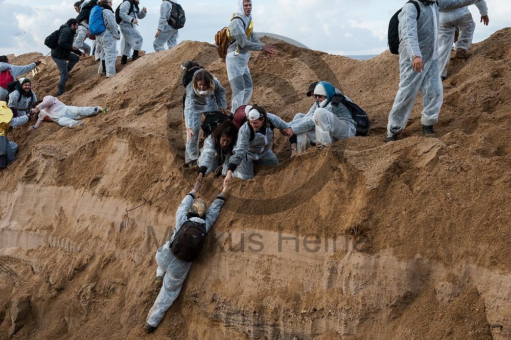 Deutschland, Elsdorf - 05.11.2017<br /> <br /> Aktivsten gehen durch einen Graben und in die Kohlegrube zu gelangen. Circa 2500 Aktivisten drangen in die Grube des Braunkohle Tagebau Hambach ein um mit der Aktion f&uuml;r einen sofortigen Kohleausstieg zu protestieren. Die Aktion fand im Rahmen von Protesten im Vorfeld der UN-Klimakonferenz in Bonn statt.<br /> <br /> Germany, Elsdorf - 05.11.2017<br /> <br /> Aktivists go through a ditch and enter the coal mine. Approximately 2500 activists invaded the pit of the lignite opencast mine Hambach to protest for an immediate coal exit. The action took place during protests prior to to the UN Climate Change Conference in Bonn.<br /> <br />  Foto: Markus Heine<br /> <br /> ------------------------------<br /> <br /> Ver&ouml;ffentlichung nur mit Fotografennennung, sowie gegen Honorar und Belegexemplar.<br /> <br /> Bankverbindung:<br /> IBAN: DE65660908000004437497<br /> BIC CODE: GENODE61BBB<br /> Badische Beamten Bank Karlsruhe<br /> <br /> USt-IdNr: DE291853306<br /> <br /> Please note:<br /> All rights reserved! Don't publish without copyright!<br /> <br /> Stand: 11.2017<br /> <br /> ------------------------------