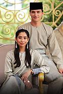 Eerste foto's van Dennis en zijn Maleisische prinses De eerste offici&euml;le foto's van Nederlander Dennis Verbaas en zijn verloofde, de Maleisische prinses Aminah (31), zijn vrijgegeven. Het stel treedt 1 4 augustus in het huwelijk. <br /> handout / pool