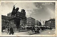 Zagreb : Jelačićev trg. <br /> <br /> ImpresumZagreb : Foto-Material od t. t. Griesbach i Knaus, [1930].<br /> Materijalni opis1 razglednica : tisak ; 9 x 14 cm.<br /> NakladnikFotoveletrgovina Griesbach i Knaus (Zagreb)<br /> Mjesto izdavanjaZagreb<br /> Vrstavizualna građa • razglednice<br /> ZbirkaZbirka razglednica • Grafička zbirka NSK<br /> Formatimage/jpeg<br /> PredmetZagreb –– Trg bana Josipa Jelačića<br /> SignaturaRZG-JEL-15<br /> Obuhvat(vremenski)20. stoljeće<br /> NapomenaRazglednica je putovala 1930. godine. • Na poleđini razglednice iznad razdjelne linije otisnut je monogram GLZ, vjerojatno Ljudevit Griesbach kao autor fotografije po kojoj nastaje razglednica.<br /> PravaJavno dobro<br /> Identifikatori000952424<br /> NBN.HRNBN: urn:nbn:hr:238:301171 <br /> <br /> Izvor: Digitalne zbirke Nacionalne i sveučilišne knjižnice u Zagrebu