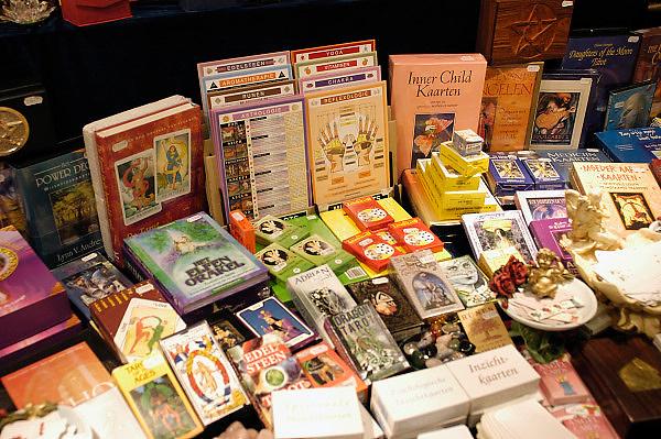 Nederland, Nijmegen, 2-3-2003..Boeken en drukwerk op een paranormaal beurs...New age, bijgeloof, alternatieve geneeskunde..kwakzalverij, suggestie, gezondheid..Foto: Flip Franssen