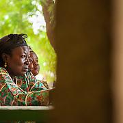 LÉGENDE: Lors d'une réunion avec les parents, Madame Bayem échange ses opignions avec ces derniers. LIEU: Centre Social Jardin d'enfants, Sarh, Tchad. PERSONNE(S): Assoumba Bayem, Directrice du centre social Jardin d'enfants.