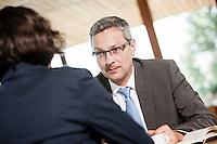 Österreich, Geschäftsmann und Geschäftsfrau bei Meeting in Restaurant, Arbeitsgespräch, Verhandlungsgespräch, konzentriert