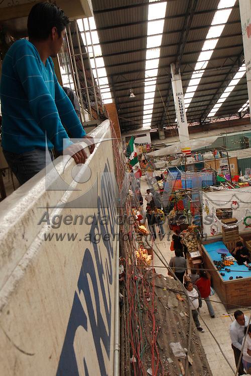 TOLUCA, México.- El ayuntamiento de Toluca informo que a partir de esta semana iniciara el programa de electrificación  en el Mercado 16 de Septiembre ya que el que actualmente tienen  ya es muy viejo, esto  para evitar que suceda algún siniestro como se dio el año pasado en otro mercado de la ciudad, esto beneficiara a 1064 locatarios. Agencia MVT / Crisanta Espinosa. (DIGITAL)
