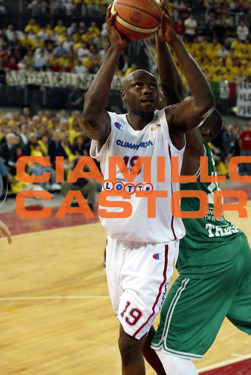 DESCRIZIONE : Roma Lega A1 2005-06 Play Off Semifinale Gara 2 Lottomatica Virtus Roma Benetton Treviso <br />GIOCATORE : Ekezie<br />SQUADRA : Lottomatica Virtus Roma<br />EVENTO : Campionato Lega A1 2005-2006 Play Off Semifinale Gara 2 <br />GARA : Lottomatica Virtus Roma Benetton Treviso <br />DATA : 03/06/2006 <br />CATEGORIA : Tiro<br />SPORT : Pallacanestro <br />AUTORE : Agenzia Ciamillo-Castoria/E.Pozzo