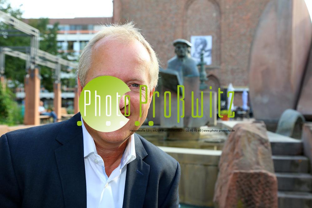 Ludwigshafen. 25.08.17 | Dr. Peter Uebel.<br /> Innenstadt. Lutherplatz. Kandidat der CDU zur Oberb&uuml;rgermeisterwahl in Ludwigshafen Dr. Peter Uebel.<br /> <br /> <br /> BILD- ID 1010 |<br /> Bild: Markus Prosswitz 25AUG17 / masterpress (Bild ist honorarpflichtig - No Model Release!)