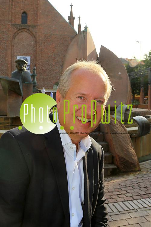 Ludwigshafen. 25.08.17 | Dr. Peter Uebel.<br /> Innenstadt. Lutherplatz. Kandidat der CDU zur Oberb&uuml;rgermeisterwahl in Ludwigshafen Dr. Peter Uebel.<br /> <br /> <br /> BILD- ID 1013 |<br /> Bild: Markus Prosswitz 25AUG17 / masterpress (Bild ist honorarpflichtig - No Model Release!)
