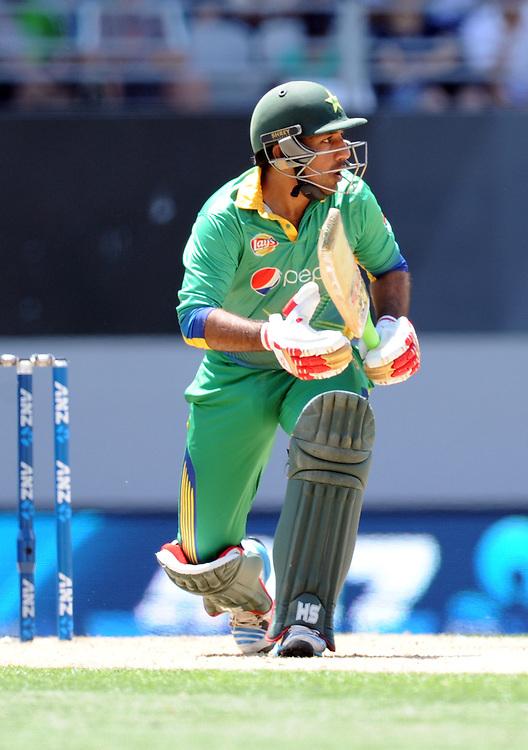 Pakistan's Sarfraz Ahmed follows the ball against New Zealand in the 3rd ODI International Cricket match at Eden Park, Auckland, New Zealand, Sunday, January 31, 2016. Credit:SNPA / Ross Setford