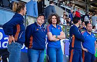 AMSTELVEEN -  bondscoach Alyson Annan (Ned) , teamarts Carmen van der Pol (Ned) voor de halve finale  Nederland-Duitsland van de Pro League hockeywedstrijd dames. COPYRIGHT KOEN SUYK