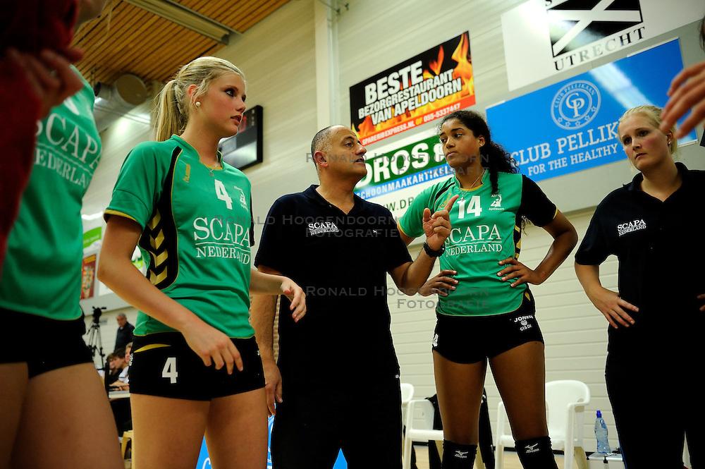 27-10-2012 VOLLEYBAL: VV ALTERNO - SLIEDRECHT SPORT: APELDOORN<br /> Sliedrecht Sport wint met 3-1 van Alterno / (L-R) Lisette Stindt, Trainer-Coach Ali Moghaddasian, Celeste Plak<br /> &copy;2012-FotoHoogendoorn.nl
