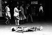Meninos dormindo em calçada de Copacabana - Rio de Janeiro em 1999..Boys sleeping in sidewalk of Copacabana - Rio de Janeiro in 1999.
