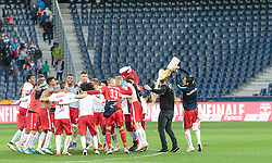 07.05.2016, Red Bull Arena, Salzburg, AUT, 1. FBL, FC Red Bull Salzburg vs SK Puntigamer Sturm Graz, 34. Runde, im Bild die Salzburger feiern den Meistertitel, Bierdusche für Trainer Oscar Garcia (Red Bull Salzburg) von Yasin Pehlivan (Red Bull Salzburg) // Red Bull Salzburg celebrate the Austrian Championship during Austrian Football Bundesliga 34 th round Match between FC Red Bull Salzburg and SK Puntigamer Sturm Graz at the Red Bull Arena, Salzburg, Austria on 2016/05/07. EXPA Pictures © 2016, PhotoCredit: EXPA/ JFK